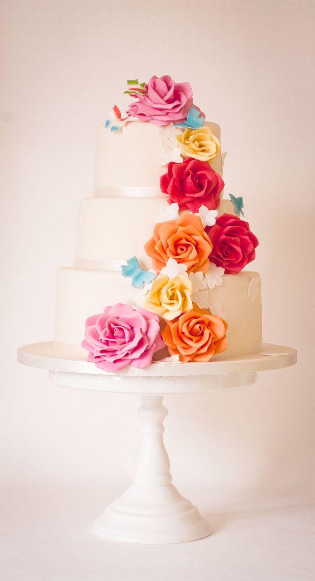 Hoe gaaf zijn deze bloemen voor een lente taart? Heerlijk vrolijk! #bruidstaart #taart #bruiloft #trouwen #trouwdag #lente #wedding #cake #spring | Lente bruidstaarten: tips van onze professionals | ThePerfectWedding.nl | Credit: Silly Bakery