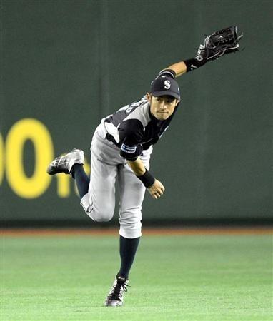 2012.03.26 五回、巨人・亀井の打球を捕球し、レーザービームするイチロー