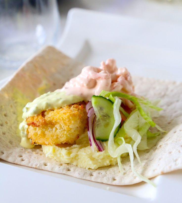 Tunnbrödsrulle med panerad fisk, räksallad, remouladsås och potatismos