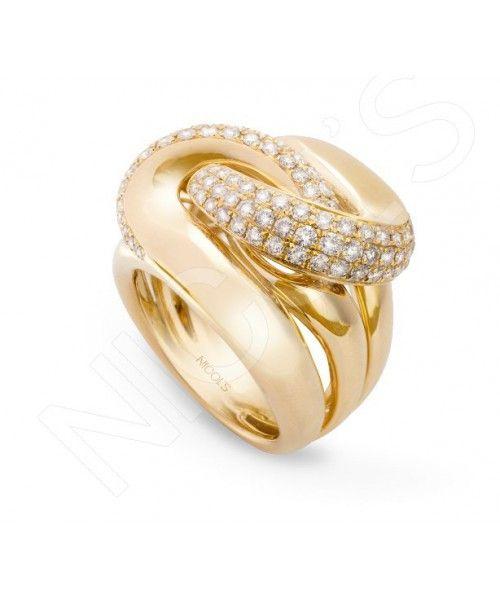 Anillo Oro y Diamantes TIERRA ARDIENTENICOL´S. Sortija con triple banda y una superior entrelazada, de ancho 21.5mm, en microengaste en el aspa. Fabricada en oro amarillo, diamantes blancos 2.20ct.