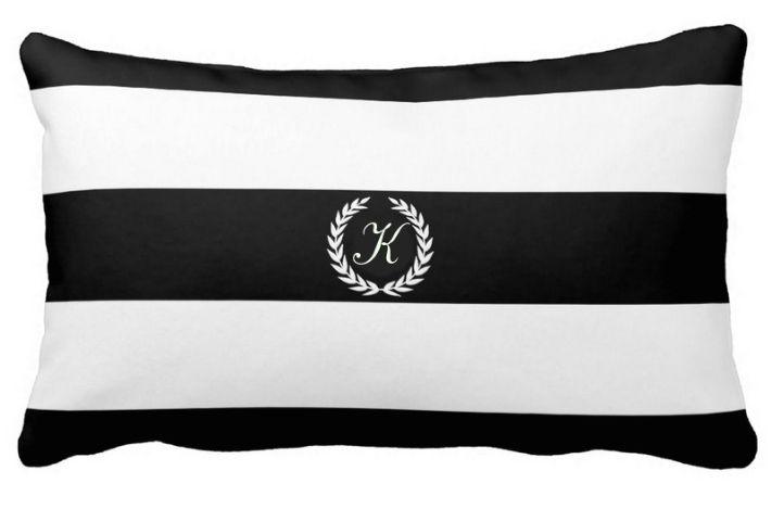 poszewka w bialo- czarne paski z monogramem