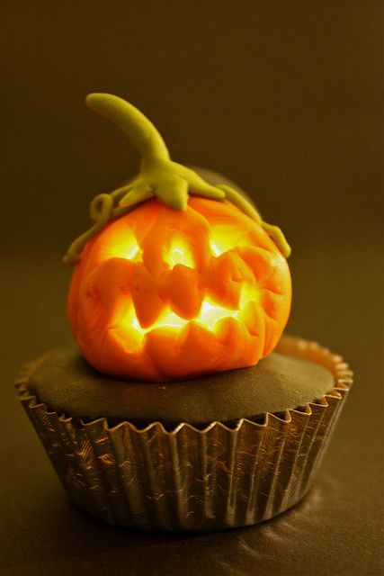 Glowing Pumpkin Cupcakes - seriously awesome! #Halloween #cupcakes #food