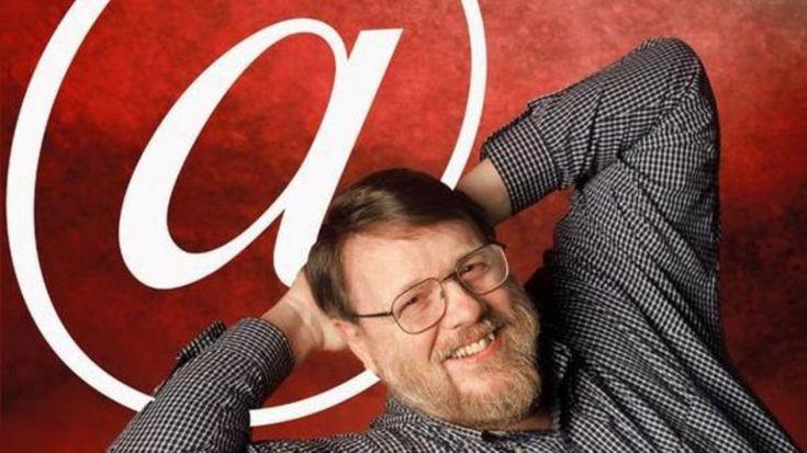 """1971.  Ray Tomlinson, programmatore statunitense, invia il primo messaggio email della storia. La leggenda vuole che il testo fosse """"QWERTYUIOP"""". Tomlison è stato anche il primo a collegare il suo computer alla sua mailbox usando il simbolo della chiocciolina (@), che è diven"""