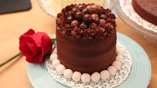 Den här härliga kakan kan bakas i muffinsformar av hårdpapp och frysas in. Perfekt att förbereda och ha på lut om man får spontanbesök, eller som partydessert!