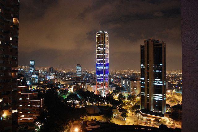 Bogotá Torre Colpatria iluminada