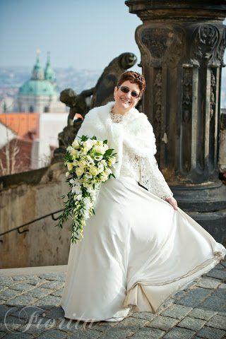 Svislá svatební kytice z růží, eustom a dendrobia