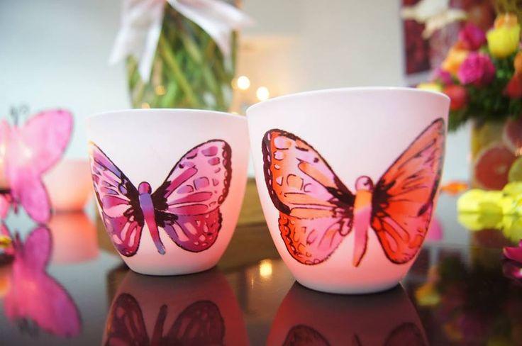Les beautés ailées du duo de porte bougies à réchaud en porcelaine Papillons reflètent la lueur des bougies.  L'intérieur coloré rend cet effet magique et plus spécialement de nuit ! https://elodiefuzeau.partylite.fr/Shop/Product/2591