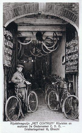 """Rijwielstalling """"Het Centrum"""", Drieharingstraat 10, ca.          1928"""