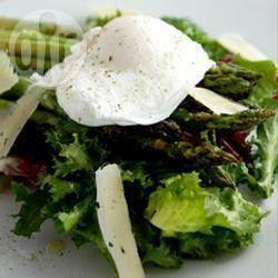 Salade van gegrilde asperges en gepocheerd ei met een citroen vinaigrette @ allrecipes.nl
