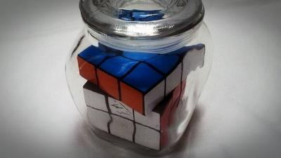 Botella imposible con un cubo de Rubik