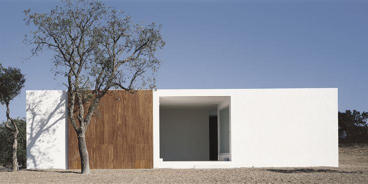 Construido en 2000 en Portugal. Imagenes por Daniel Malhão. El programa incluye cuatro casas y un tanque de agua. El tanque de agua será un cuadrado de yeso blanco lavado, donde se encuentra una piscina y una...