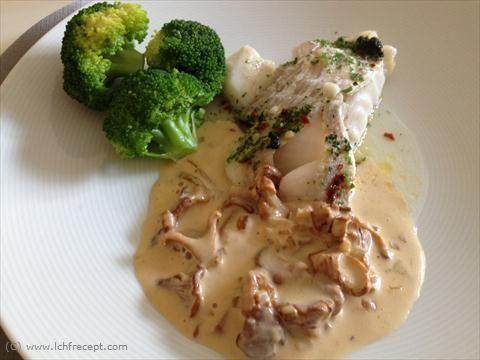 Ugnsbakad torsk med kokt broccoli och kantarellsås