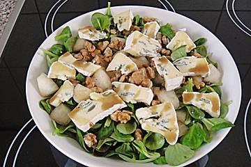 4 Port. Salat (z.B. Feldsalat, Eichblatt, Frisee oder Lollo) 1 Birne(n), reife 1 TL Zucker 150 g Kürbis(se), Hokaido (mit essbarer Schale) 1 EL Butter Muskat 10 Walnüsse 300 g Blauschimmelkäse (Roquefort, Stilton oder Gorgonzola) 3 EL Essig, (Weißweinessig) 7 EL Öl, (Traubenkernöl) 1 EL Kürbiskernöl Salz und Pfeffer Zucker Zubereitung Salat waschen und putzen. Birne schälen, vierteln, Kerngehäuse entfernen und schräg in Rauten schneiden. Den Zucker in einer Pfanne karamellisieren und die…