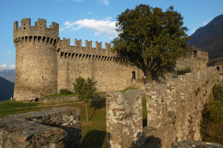 Rocca di Montebello in provincia Rimini Si dice sia infestata dal fantasma di Azzurrina, bambina che sparì misteriosamente tra le sue mura. Si effettuano suggestive visite guidate, giorno e notte..per gli amanti del brivido.