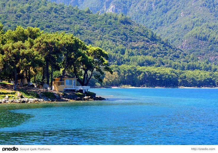 Güzelçamlı, Kuşadası/Aydın  Kuşadası'nın önemli turistik bölgelerinden biri olan Güzelçamlı, yaz aylarında kıpır kıpır bir tatil yöresine dönüşerek yeşil ve mavinin buluştuğu bir konumda ziyaretçilerini karşılıyor.