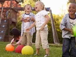 Risultati immagini per bambini giocano all'aperto
