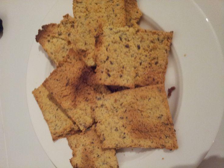 Lezeres Lisa stuurde me een geweldig leuk en simpel recept voor glutenvrije crackers. Lisa heeft dit recept ooit ergens van gestolen, maar we weten niet wa