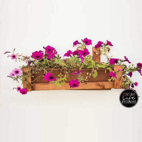 <p>Nur wenig Material und ein wenig Farbe benötigt man, um diesen Blumenkastenhalter nachzubauen.</p>