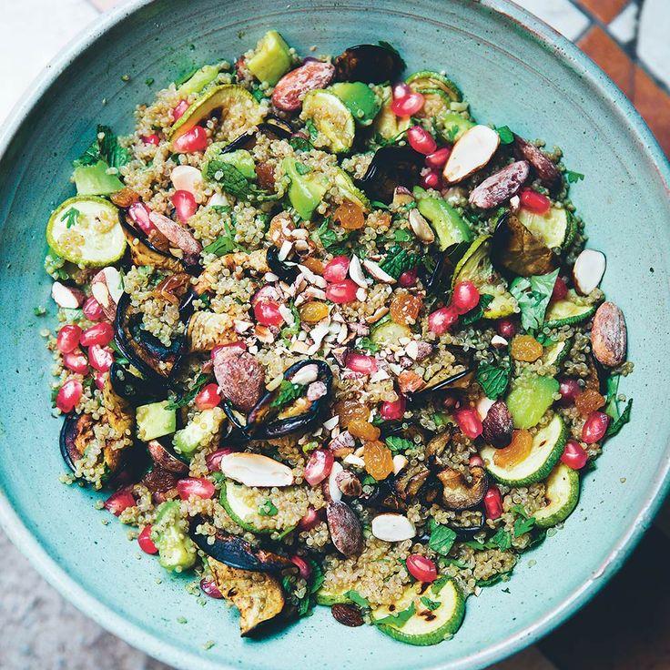 Marokkaanse quinoasalades bestaan vaak uit een prachtige mix van smaken. Deze glutenvrije combinatie met zoeterozijnen, knapperige amandelen en verse kruiden is onweerstaanbaar. Het recept is afkomstig uit het kookboek 'The Green Kitchen Travels'....