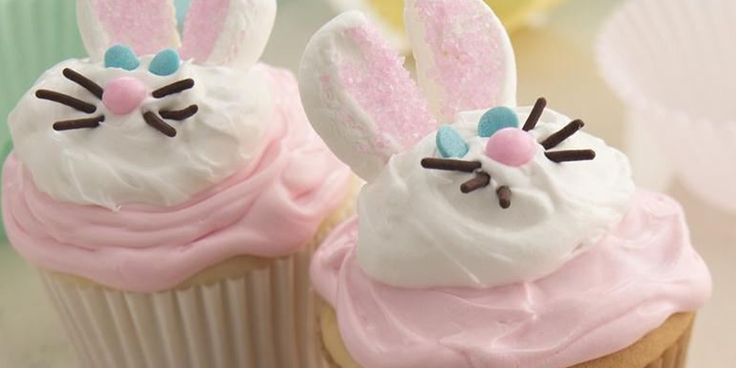 I cupcake a forma di conigliettosono dei dolci perfetti per la festa pasquale e vi assicuriamo che attirerete l'attenzione di tutti, soprattutto dei più piccini. Sono decorati con i famosissimi marshmallows, le buonissime caramelle americane.