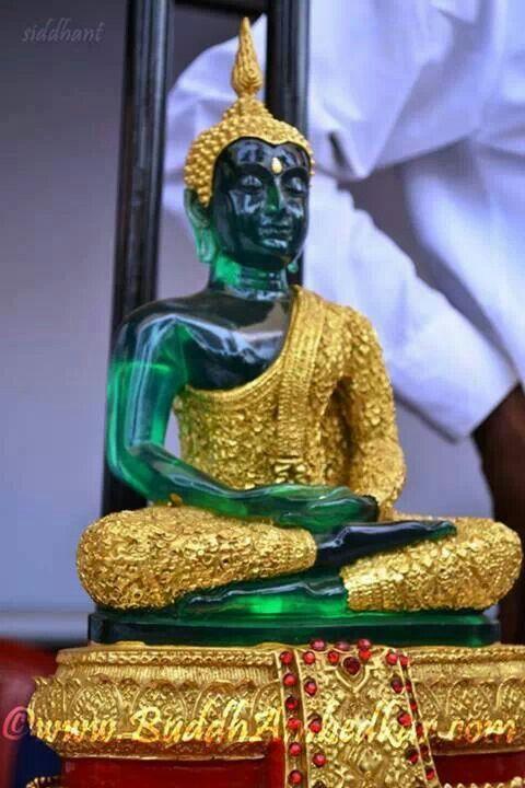 Phra Keow Moragod (Smaragd Buddha) Statue im Wintergewand.