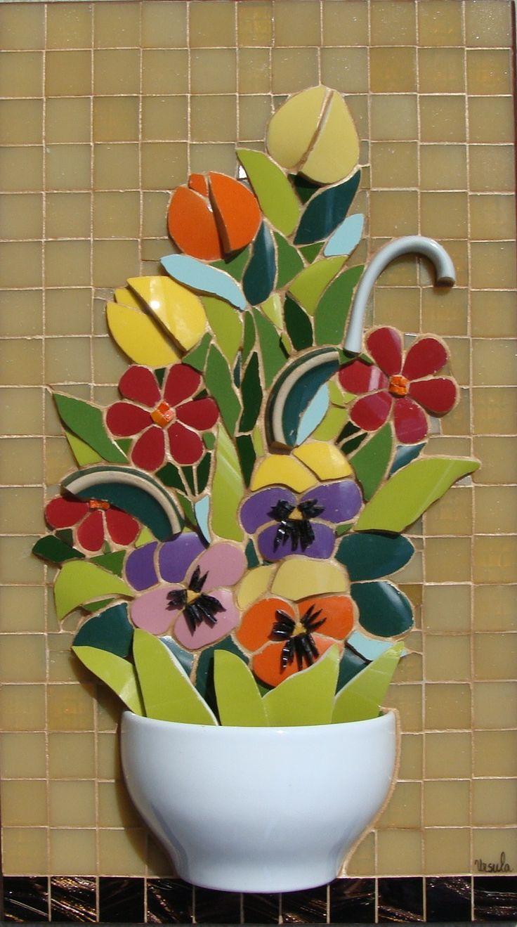 Mosaico em louças, azulejos e pastilhas de vidro.                                                                                                                                                                                 Mais
