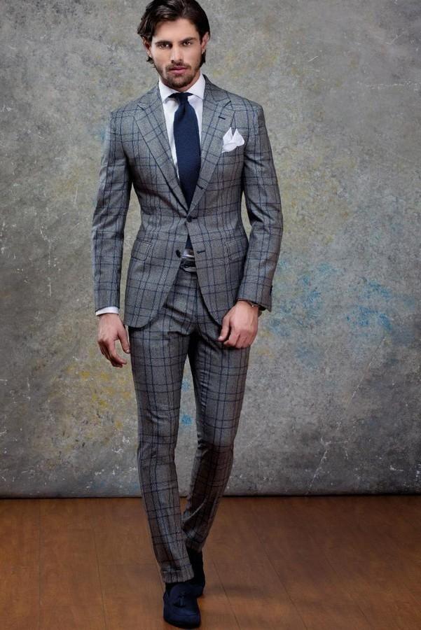 グレーチェック柄スーツ,ネイビーネクタイ,ブルーシャツ,ポケットチーフ,ネイビー革靴,着こなし