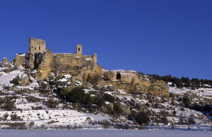 CASTLES OF SPAIN - Calatañazor, Soria. Calatañazor proviene del árabe Qal`at an-Nusur,«Castillo de las Águilas». Almanzor (Al-Mansur, «el victorioso»), general de los ejércitos del califa cordobés Hisham II y caudillo de Al-Ándalus, asolaba como las dos décadas anteriores las comarcas cristianas y entre ellas las de Soria. La tradición sostiene que «en la Calatañazor del 1002, perdió Almanzor el tambor», que es tanto como decir que perdió su talismán de imbatible y que resultó derrotado.