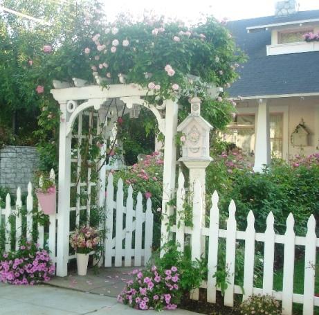 .: Picket Fences, Gardens Ideas, Cottages Style, The Doors, Cottages Gardens, Gardens Gates,  Pale, Strawberries Shortcake, White Picket Fence