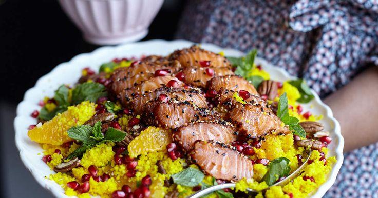 Blixtsnabb bjudrätt som snabbt blir poppis hos middagsgästerna! Halstrad, kryddig lax som serveras med saffranscouscous, granatäpple och myntayoghurt.