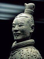 Arbalétrier (un genou à terre). H. : 125 cm.; poids 165 kg. Soldat du Premier Empereur. Terre cuite. Dynastie Qin (221-209). Tombe du Premier Empereur Qin Shi Huang, Lintong, près de Xi'an, Shaanxi.