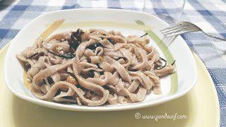 Fettuccine integrali con alga arame, scorza di arancia e noci - ricette vegane