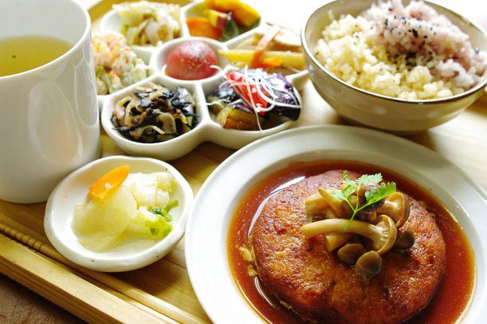 お肉や白砂糖や卵などを控えて、化学調味料を使わず、無農薬か減農薬の野菜だけを使ったメニューは、素材の味が生かされたおいしさです。