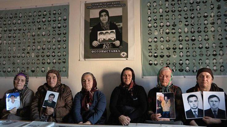 <p>Vingt ans après la première guerre de Tchétchénie, Manon Loizeau explore un pays terrorisé, dont le président Kadyrov et ses milices veulent éradiquer jusqu'à la mémoire. Un témoignage exceptionnel, porté par de fragiles voix dissidentes.</p>