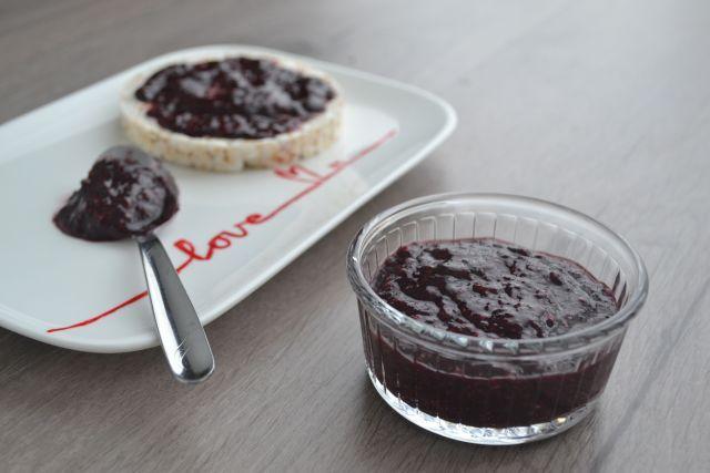 Deze suikervrije bosbessenjam is makkelijk om te maken en supergezond! Door chiazaad te gebruiken ontstaat de perfecte jam, zonder lading suikers!