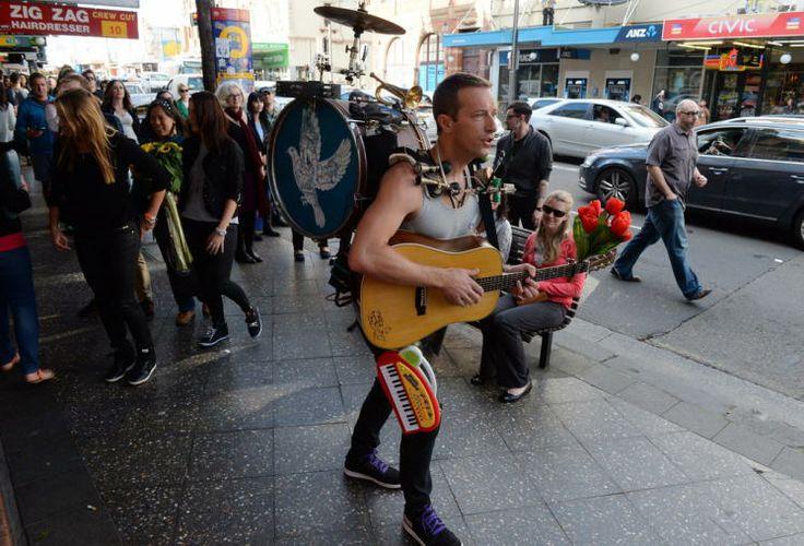 """Chris Martin als Straßenmusikant - """"Coldplay""""-Sänger Chris Martin marschiert musizierend durch Sydneys Straßen. Sein Orchester hat er direkt am Mann. Martin hat aber nicht zu den Straßenmusikanten gewechselt, sondern lässt die Szene für ein neues Musikvideo aufnehmen. Mehr Bilder des Tages: http://www.nachrichten.at/nachrichten/bilder_des_tages/cme10133,1080592 (Bild: EPA)"""