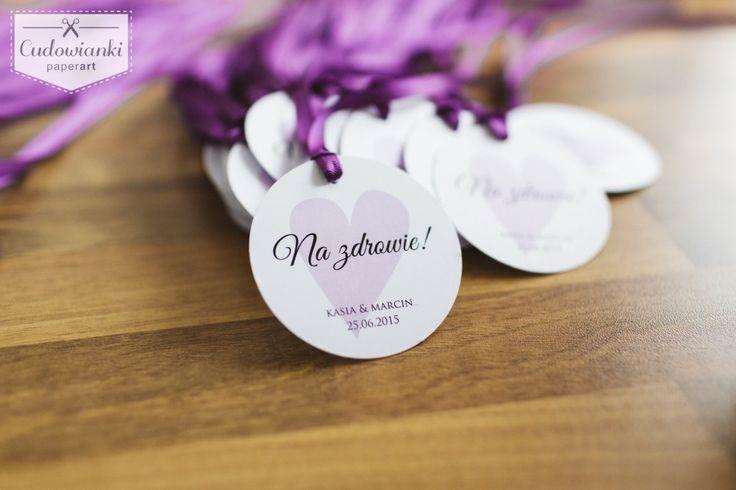 Wedding, alcohol labels on the bottle, made of white paper with violet ribbon. / Zawieszka na alkohol na fioletowej wstążce wykonana z satynowanego papieru.