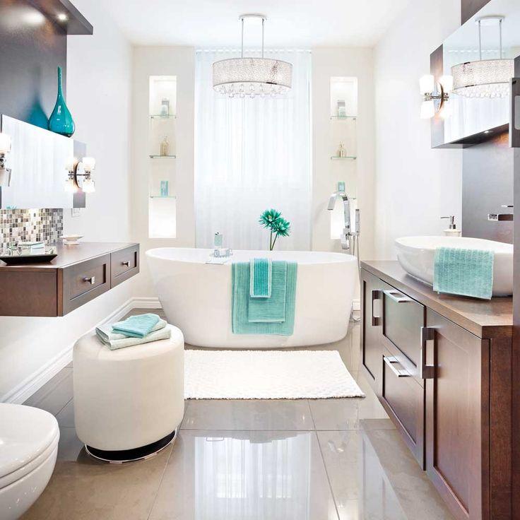 Céramique miroitante, mosaïque de pâte de verre, luminaire à pampilles et mobilier en merisier teint jettent les bases de cette salle de bain élégante et digne d'un spa, qui invite à la détente. Pour maximiser la lumière et créer différentes ambiances, on a misé sur un éclairage aux styles et aux intensités variés.