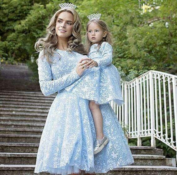 Mamma och jag har likadana klänningar, prinsesskronor, blöjor och ankstjärtstrosor