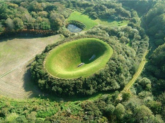 """Ирландия, графство Корк. Кратерът """"Небесна градина"""" – арт инсталация на Джеймс Търел."""