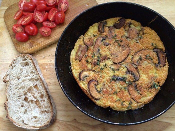 Omelete de grão de bico com cogumelos (vegano, sem glúten).  Por Sandra Guimarães - http://www.papacapimveg.com/  Esse site é puro amor para ter ideias de receitas veganas! ♥