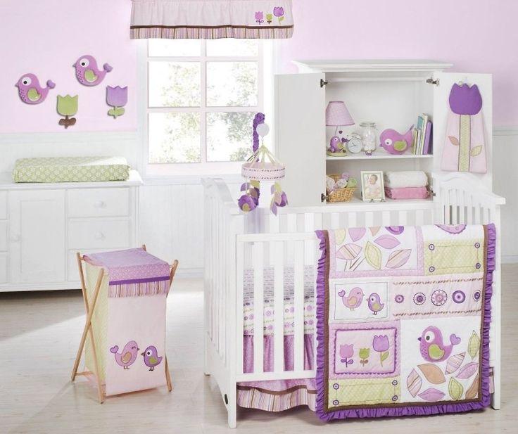 süßes Babyzimmer in hellen Nuancen von Lila und Violett