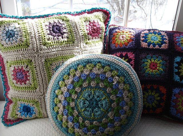 Gorgeous Crochet Pillows!! Free patterns.