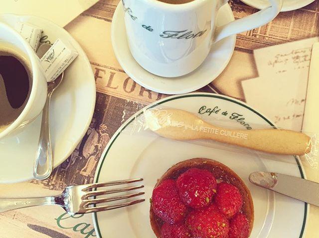 カフェドフロールのギャルソンさんたちの動きってつい見惚れてしまいます  子連れで行ったらポワラーヌのスプーン型サブレをこうちゃんにいただきました  ご親切に感謝  #cafedeflore #poilane