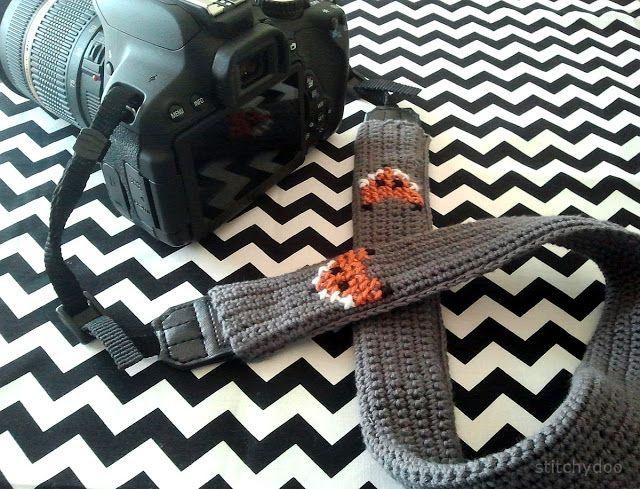 Gehäkeltes Kameraband mit Fuchs-Stickerei | crochet camera strap with fox crossstitch | by stitchydoo