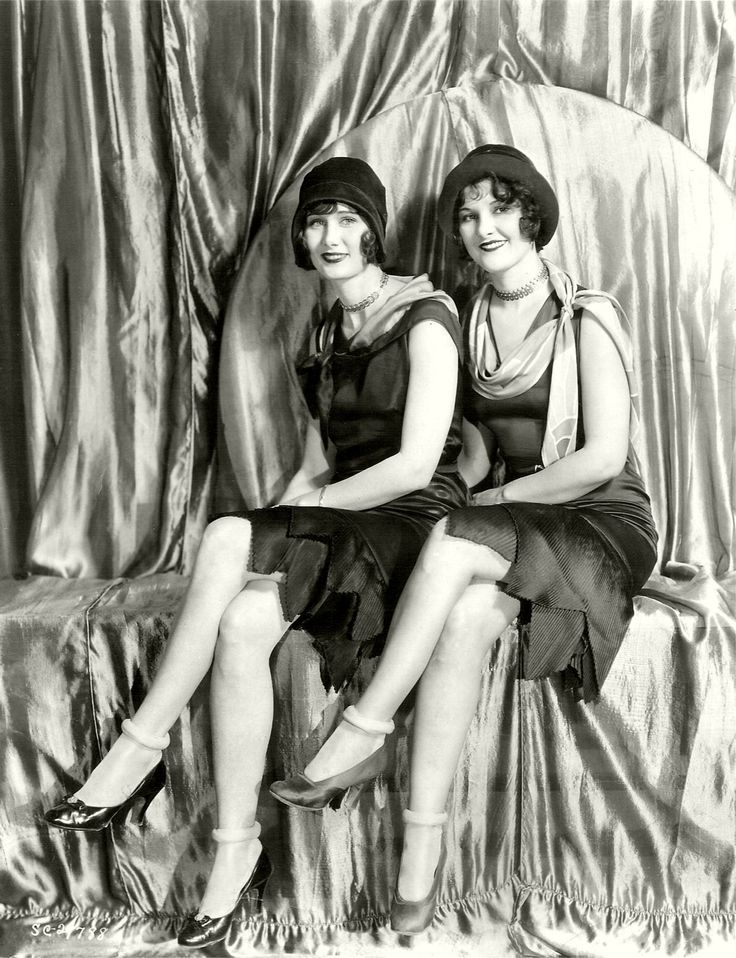 flappers vs hippies Hippies argued that in the face of ugliness in the world, it was important to display as much natural beauty as possible simple was key to 1960s hippie fashion.