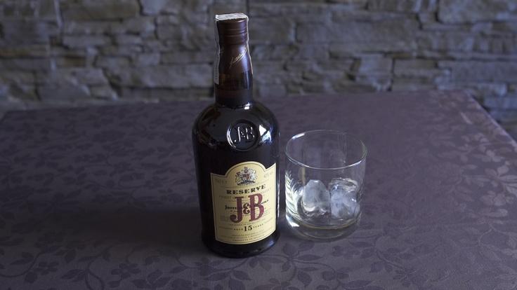 El Whisky Escocés J 15 años Reserva se elabora a partir de una selección de los mejores whiskies escoceses de malta de la región de Spedyside que han pasado por un proceso de envejecimiento de más de 15 años en barricas de roble. Su elegante sabor lo ha convertido en uno de los mejores whiskies del mundo.