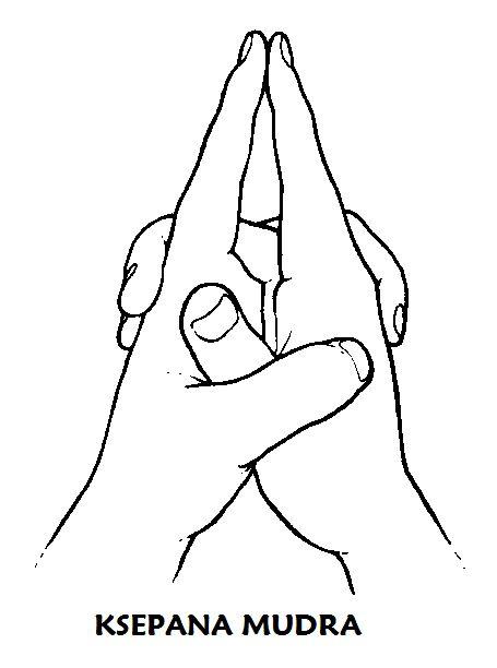 #ksepana #mudra Los índices señalan al suelo si se está sentado y a los pies si se está echado. Las manos están muy relajadas. Practicar el mudra sólo el tiempo que requiera realizar de 7 a 15 respiraciones y concentrarse en la espiración. Suspirar 3 veces a fondo. Después colocar las manos con la palma hacia arriba sobre los muslos. Estimula la excreción a través del intestino grueso, la piel, los pulmones y la expulsión de la energía gastada o negativa y la absorción de nueva.