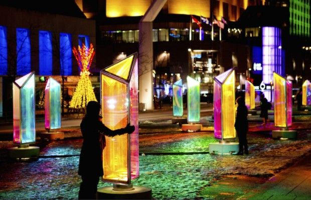 Le cabinet d'architecture et de design canadien RAW a récemment dévoilé Prismatica, une installation d'art public à Montréal qui émet de la lumière à partir de 50 prismes.  Les structures sont réparties sur toute la place des Festivals où les visiteurs peuvent se promener tout autour de ces kaléidoscopes tournants. La nuit, ils affichent des lumières douces, mais colorées qui éclairent les passants. Les prismes sont en panneaux stratifiés avec un film dichroïque.