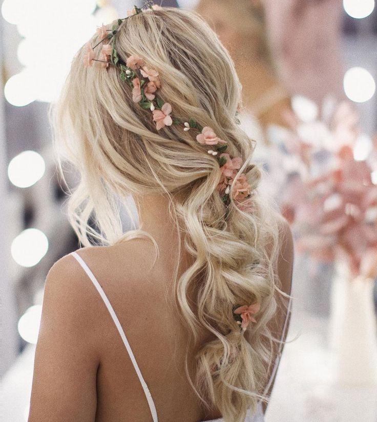 #blonde #wavy #hairstyle #flower #accessories Image: Justweddingbells, Instagram